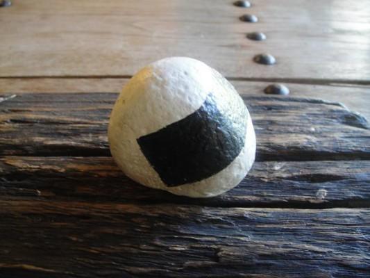 石のおむすび